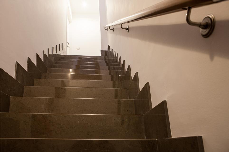 ¿Cuál es el mejor material para revestir la escalera?